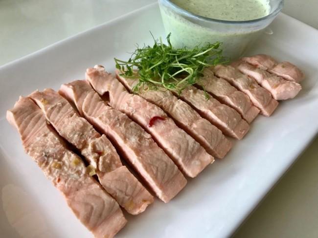 Inkokt lax med citrongräs och chili samt kall ärtsås med wasabi