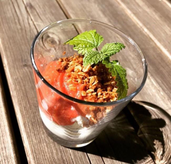 Rabarber- och jordgubbspaj i portionsglas