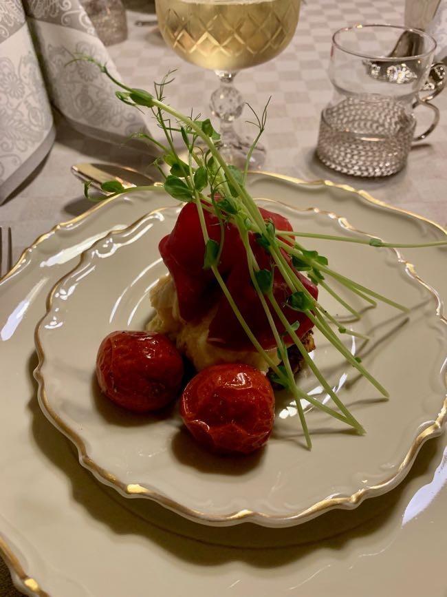 Toast med äggröra, bresaola, bakade tomater och ärtskott