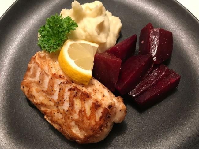 Smörstekt torskrygg med jordärtskockspuré och rödbetor
