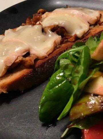 Toast med kantareller och taleggio