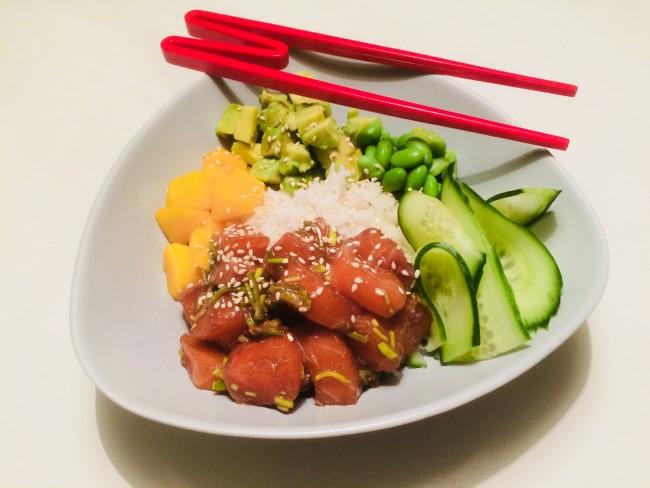 Poké bowl med lax, avokado, mango, edamamebönor...