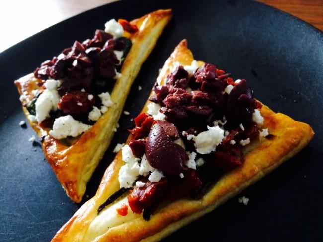 Smördegspizza med mangold, fetaost och oliver