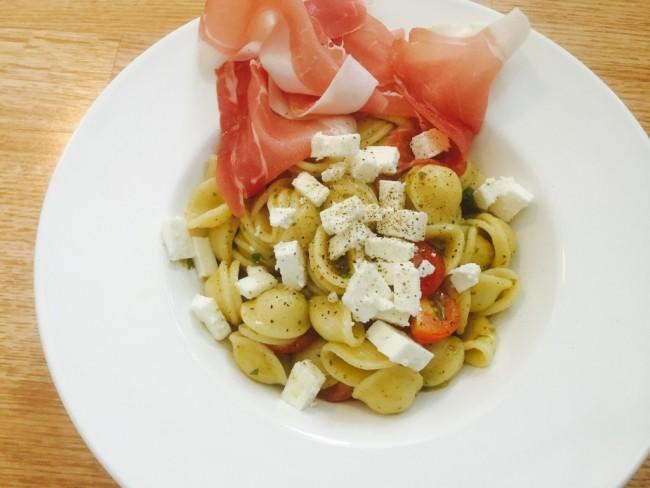 Orecchiette med tomat, fetaost och lufttorkad skinka