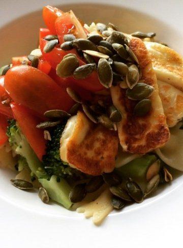 Vegetarisk pasta med pumpafrön, broccoli, basilika och halloumi