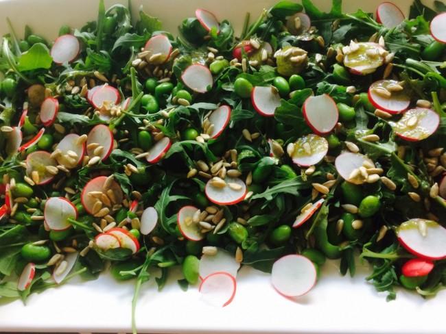 Grön sallad med edamamebönor och solrosfrön