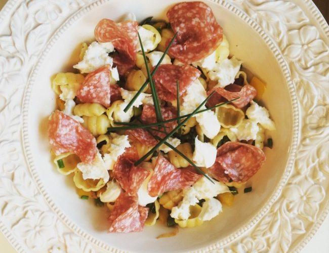 Varm pastasallad med salami och mozzarella